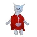 Kočička s červenými šaty